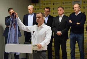 Borko Stefanović se obraća novinarima nakon napada na njega